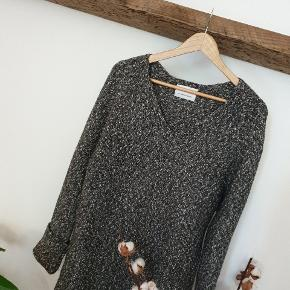 Best knit you can find. Oversized, V neck pullover. Hygge and sexy. ⚡⚡⚡