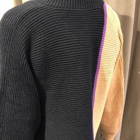 Typisk klassisk Bitte cardigan i sort-lilla og kamel farvet - 51 % Marino uld og 49 poly 🖤💜💛