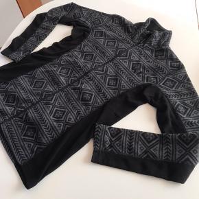 Lækker fleece jakke/cardigan den er brugt nogle gange den er lækker blød 😊😊den er sort og grå mønstret😊