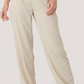 Sælger disse mega flotte bukser fra NA-KD da jeg ikk bruger dem nok mere. De er str 36 (S) og er næsten ikke brugt, så derfor i perfekt stand.