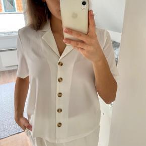 Hvid kortærmet skjorte sælges. Brugt max 3 gange og ingen tegn på slid