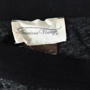 Varetype: nederdel Farve: Grå Prisen angivet er inklusiv forsendelse.  Sender med DAO.