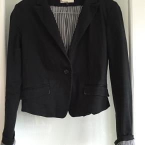 Varetype: blazer Farve: sort Oprindelig købspris: 600 kr.  Blazer med stribet for. God til både jeans og ud over kjoler.  Bytter ikke