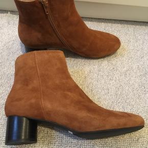 Super smukke ruskindsstøvler fra deres efterårs kollektion. Farven er cognac og de er aldrig brugt🤩🤩 Butiks pris 1200,-