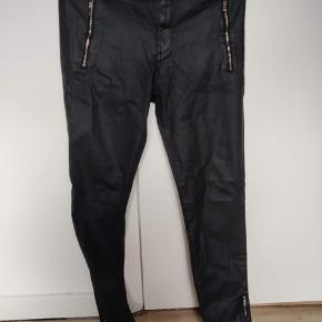 Pris til forhandling  Fine sorte bukser med et blankt sker