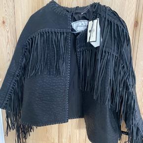 Sort læderjakke med Frynser fra Malene Birger, aldrig brugt - og mærke sidder stadig i jakken. Nypris er 5999 kr.