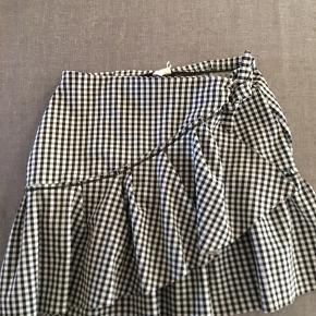 Nederdel fra Zara med en flæse over tværs. Passer xs/s. Kan spændes lidt ind i livet med de to kraftige bånd som ses i den ene side.  Som ny.