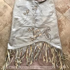 Super skøn nederdel med flotte detaljer som når vi kender Munthe bedst ☺️ den sidder som en drøm og passer super til en stram overdel 👍🏻 Se også alle mine andre annoncer ☺️  Byd!