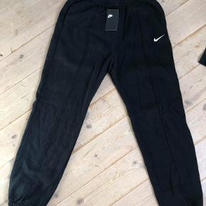 Oversize Nike bukser. Jeg havde bestilt dem over nettet, og glemt at sende dem retur. De er fremstillet i kraftig fleece, og de har en løs pasform
