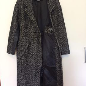 Malene Birger - superlækker frakke i uldkvalitet - gennemforet og med detaljer i skind  Længde ca 102 cm - brystmål fra ærmegab til ærmegab ca 52 cm  Pris 700,-