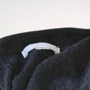 Brand: New York & Company Varetype: Andet Farve: Grå Oprindelig købspris: 299 kr.  Super flot bluse sælges. Den er grå m. Palietter, og har flot v- udskæring. Jeg kan kontaktes på 42422704. Bor lige ved Nordhavn st.