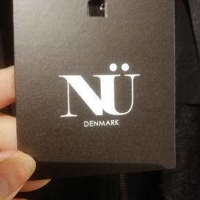 Lækker jakke fra Nu Denmark med en flot blonde, hætte og store lommer