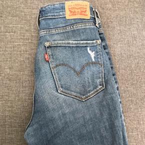 Bukser fra Levi's i modellen 'High rise skinny'☺️ De er i str 29, men passes af en M☺️