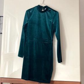 Fint festkjole i velour. Smuk dyb smaragdgrøn farve. Kjolen er en str. 38 og er aldrig brugt.