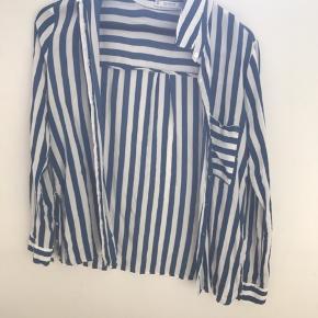 Skjorte fra pull&bear. Lidt lille i størrelsen, så passer en small:)  Den er super blød og kan bruges til hver en lejlighed! Bare skriv hvis i har spørgsmål;)