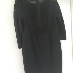 Model: Hema  Flot sort kjole til ca. midt lår. Kun brugt en gang.   Sendes eller afhentes i Ry.