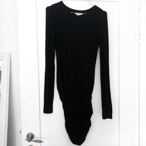 H&M stram kjole i sort i det blødeste stof   størrelse: XS   pris: 150 kr   fragt: 37 ved handel over TS 33 kr    Der tages ikke mål af varerne