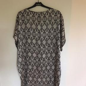Lækker silkeoverdel, som foto, sælges. Længde: 100 cm. Bredde: 68 cm x 2.