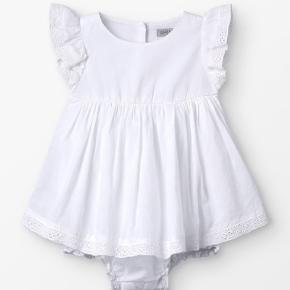 Evt. Barnedåbs kjole til baby str. 68 (min datter bruger 62) den nåede ikke at blive vasket inden den store dag og havde den maks på i 1 time til festen. Fremstår som ny! :)