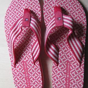 Varetype: Helt nye klipklappere (Flip Flops) Farve: pink   de er str 38, men lille i str. (25 cm i længde) så burde hedde en 37 Pris er til MobilePay