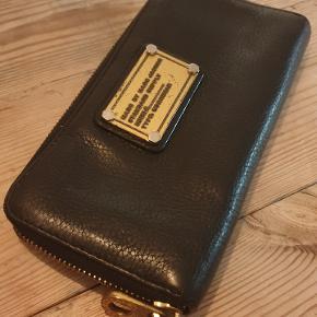 Stor pung med plads til både kort, mønter og kvitteringer eller hvad man nu skulle have brug for at putte i sin pung.