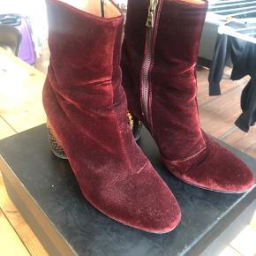 Super flotte støvler i rød velour. De er brugte en god håndfuld gange. De er forsålet og i rigtig pæn stand.  Mp 700 pp og evt gebyr  Jeg bytter ikke