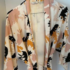 Kimono fra Envii med vide ærmer 🌷Fremstår som ny.