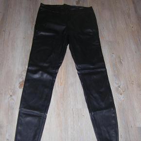 Varetype: bukser Størrelse: L/32 Farve: Sort  Fede læderbukser med lynlås bagpå.  100% Polyester. Sendes med GLS.