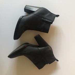 Virkelig flotte støvletter fra Other Stories. Sort velholdt læder og 8 cm hæl.