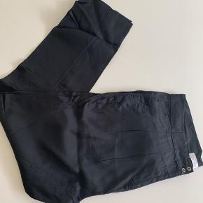 Varetype: Ubrugte bukser Farve: sorte Oprindelig købspris: 600 kr.  Super fine bukser i let skinnende kvalitet med let baggy effekt/loose foroven. Bukserne har skrålommer og snyde baglommer.