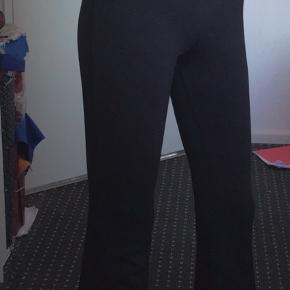 Trumpet bukser fra gina tricot der ingen tegn på slid, og de er ret lange er selv 171cm, skriv hvis du intra eller har spg🖤