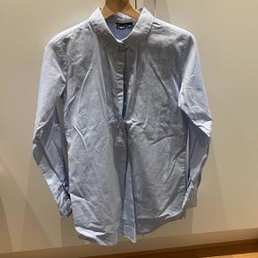 Lyseblå skjorte kjoleMærke: LMTD Størrelse: 13-14/164 Stand: aldrig brugt Røgfrit hjem BYD!!!!!