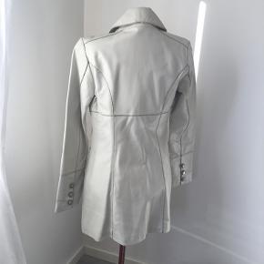 25: skind jakke
