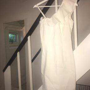 Vildt flot hvid tætsiddende kjole fra Vila i en str. S, fitter en S/M. Aldrig brugt, skal lige stryges, da den har ligget i en kasse, hvor jeg har det tøj, som jeg sælger. Købte den til min konfirmation, for noget tid siden, men fik alligevel ikke brugt den. Har stadigvæk prismærke og fejler absolut intet:)) Np 450kr Stroppen kan tages af og på, som man har lyst.