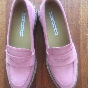 Fine lyserøde loafers i ruskind sælges, da de desværre er for smalle til mig. Derfor er de aldrig brugt, kun prøvet på indendørs.