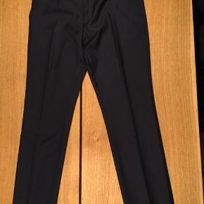 Brugt 1 gang til galla, og fremstår derfor som nye. Str. er ikke opgivet i bukserne, men en god M-L vil kunne passe dem. Har jakken dertil - sælges samlet inkl. skjorte for 750 kr.