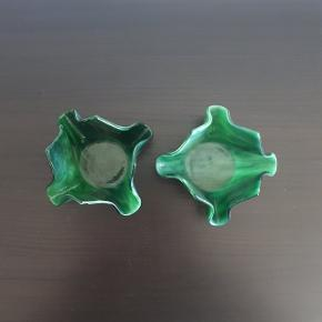 Små fine fyrfadsstager i grønt glas.  Hentes i Roskilde, eller sender mod betaling af fragt.