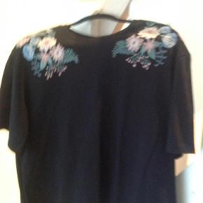 Brand: HM Varetype: Bluse Farve: Sort  Blusen er i100% cotton. Brystmål 124 cm Længde 61 cm