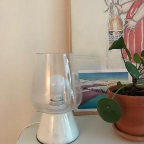 """Fin lampe med """"lampeskærm"""" af glas. Giver et let udtryk. Pære medfølger.  Ny pris; 178 Sælges for 75 kr"""