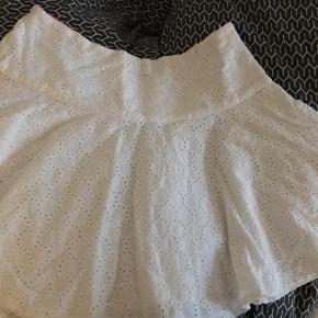 Varetype: Nederdel Farve: Hvid  Den smukkeste hvide nederdel fra Tommy Hilfiger. Nederdelen er nærmest 'broderi  anglaise-like'. Min datter er desværre ikke så meget til det yndige længere.