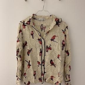 Smuk skjorte fra second female. Aldrig brugt. Kunne godt bruge et strygejern, men eftersom at den ikke er brugt, er den direkte fra skuffen.