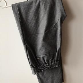 Size 6, svarer cirka til 38. Bukserne fnuller lidt bag på, og på inderlåret