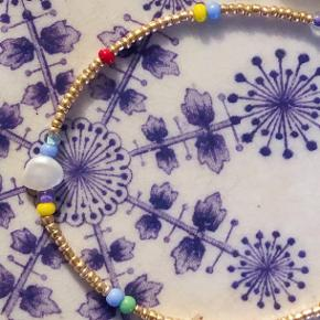 Perlerne varierer fra armbånd til armbånd 🌸 Skriv for mere info.