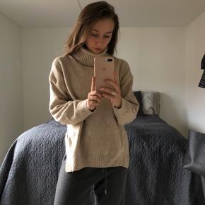 Sælger min højhalsede sweater i beige