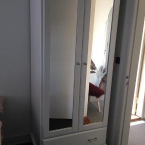 Ikea garderobeskab - Tyssedal (hvid m. spejllåger) og fin stribet beklædning indvendig. Står som nyt. (Nypris 2.299kr)  Bredde: 88 cm Dybde: 58 cm Højde: 208 cm