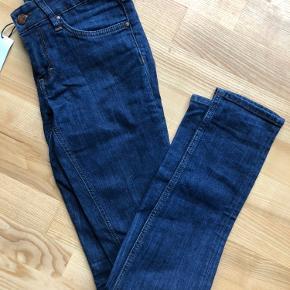 Lækre jeans i str 26, svarer til en small. Fejler intet Sælger mit tøj billigt da jeg skal flytte