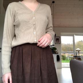 HELE SÆTTES SÆLGES FOR 150   Nederdelen er fra Moves i det lækreste brune stof. Har to lommer og er perfekt til efteråret 🍁🍄 nederdelen for sig selv koster 95 kroner eksl fragt.   Cardigan er fra DEPATURE i en XL men fitter fint mig. Jeg er small/medium. Den er lille i str 🍁 cardiganen koster 40 eksl fragt