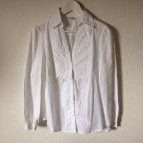 Esprit - skjorte Str. 38 Næsten som ny Farve: hvid Lavet af: 100% cotton Mål: Brystvidde: 102 cm hele vejen rundt Længde: 65 cm Køber betaler Porto!  >ER ÅBEN FOR BUD<  •Se også mine andre annoncer•  BYTTER IKKE!