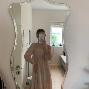 Sælger min fine kjole fra A-view. Brugt kun denne ene gang, og mærket er stadig i