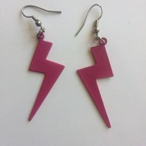 Flotte øreringe med pink lyn. Ca 6,7 cm inkl krog.  Se også mine andre annoncer, og giv et bud!